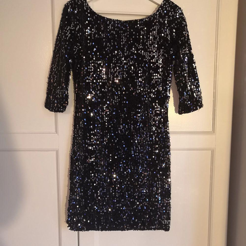 Fin glittrande festklänning . Klänningar.