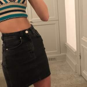En perfekt svart/grå jeans kjol! Köptes på zara och är i mycket bra skick. Pris kan diskuteras!