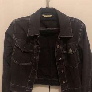 En fin svart tyg jacka med vita sömmar, 100% bomull. Jackan är köpt från boohoo💕💕