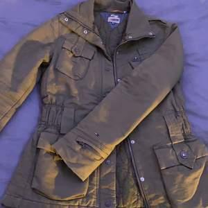 Denna jacka är i jätte bra skick, den passar perfekt på st s och till och med kanske för de som har st xs & m. Jackan är ganska gammal men oftast hängst i min garderob där jag använt den minst 3 gånger vid korta stunder.