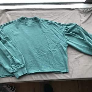 Sweatshirt med ballongärm. Använd men fint skick.