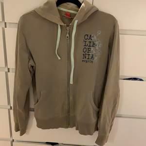 Säljer denna fina hoodie, den är sjukt bekväm och skön. Den är oversized i storlek XL men passar alla storlekar