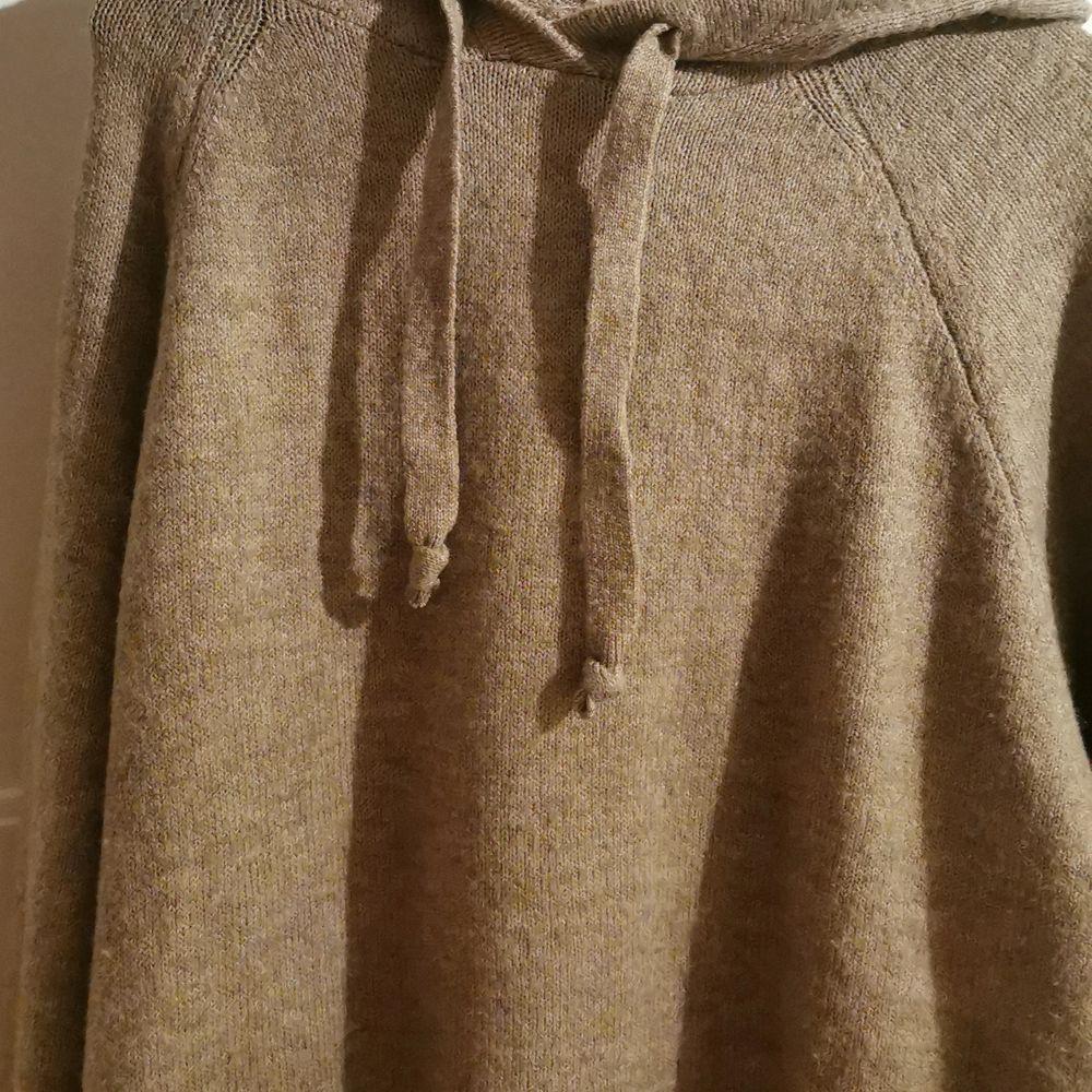 Jätte mysig hoodie. Sticks inte alls har andra hoodie hag använder mer än den så darför säljer jag den. Vid fråger eller andra funderingar så är det bara att skriva 💞 💞 💞 💞 . Huvtröjor & Träningströjor.