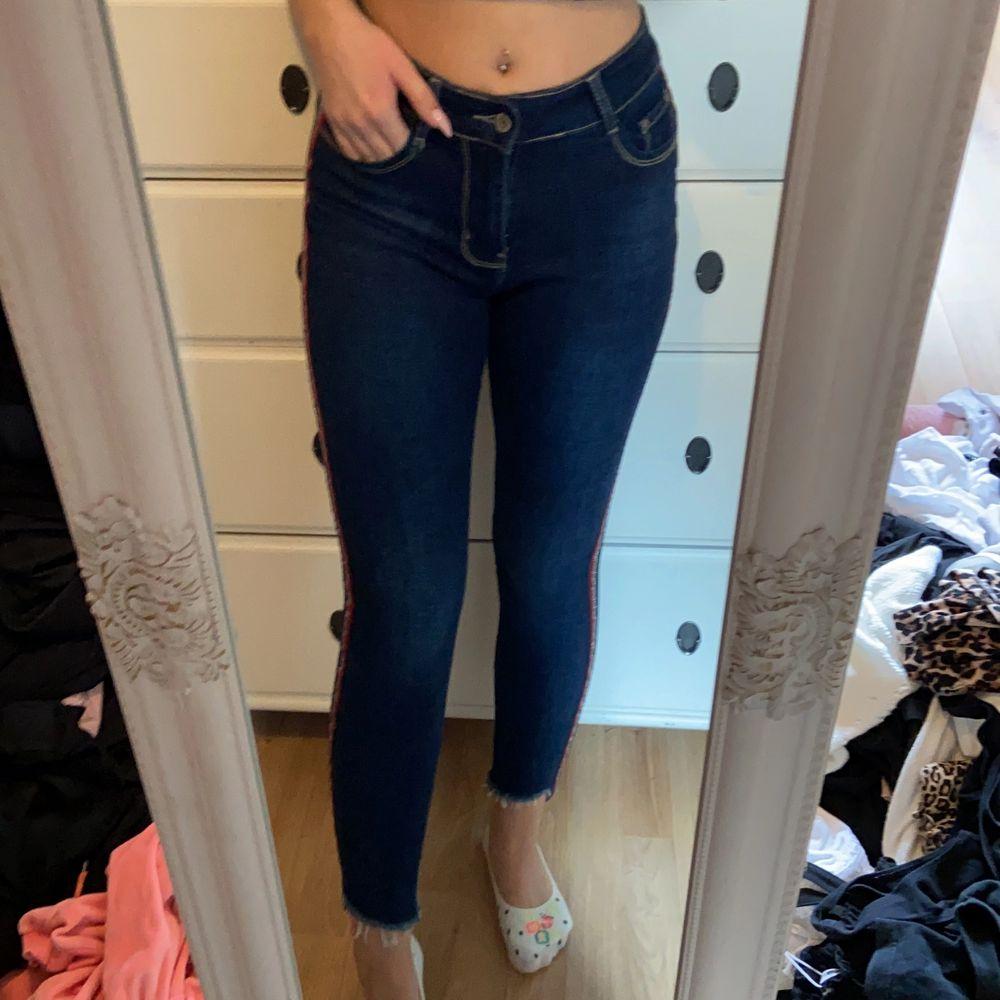 Sköna jeans med detaljer på sidorna. Fin passform. Pm för mer beskrivning/bilder. Jeans & Byxor.