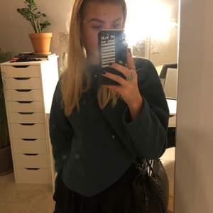 Jättefin lite kortare sweatshirt i strl S från Zara. Sweatshirten är använd några gånger. Se färgen tydligare på den sista bilden!💓 Köparen står för frakt.