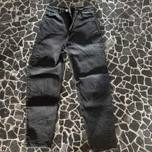 Två st weekday jeans i modellen LASH. Svarta är nästan oanvända och blå är i bra skick. Köparen står för frakt. 120kr st eller 200 för båda. Nypris:500kr st.