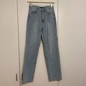 Raka jeans från pretty little things. Storlek 38. Använda en gång. 200kr + frakt/mötas upp på gullmars.