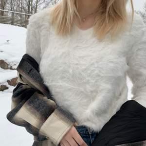 En jätteskön och fin fluffig tröja. Aldrig använd (endast för att ta bilder), därför i väldigt fint skick. Nypris cirka 400kr köpt på MQ. Frakt tillkommer! 🚚