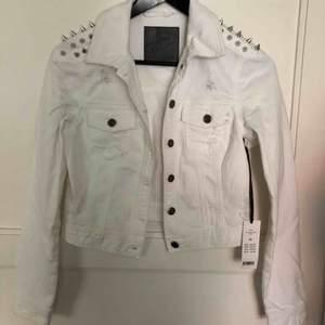 Ny vit jeans jacka med silver nitar, slitningar och stretch. Storlek 34. Nypris 499. Lappen kvar. Möts upp i Göteborg och fraktar
