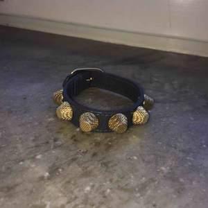 Balenciaga armband i grått och guld storlek S Inga tecken på slitage  Möts upp i Stockholm city och Nacka, annars står köparen för frakt:) högsta bud: 1400