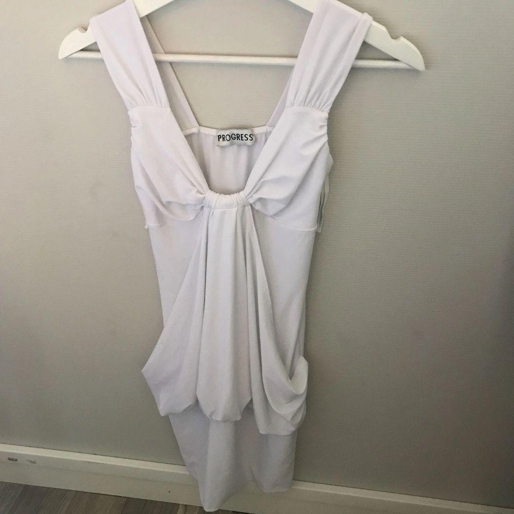 Vit kort klänning som sitter tajt och snyggt!  . Klänningar.