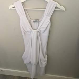Vit kort klänning som sitter tajt och snyggt!