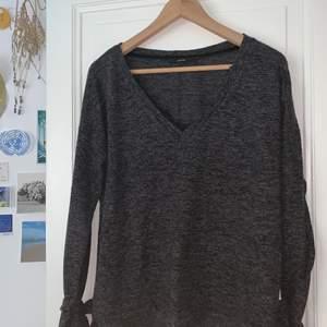 Varm och fin gråmelerad tröja från VERO MODA med spetsdetaljer i urringningen och knytande vid handlederna. God kvalitet. Skriv för fler bilder. Möts upp i Falun eller skickar om du betalar frakten✌🏻