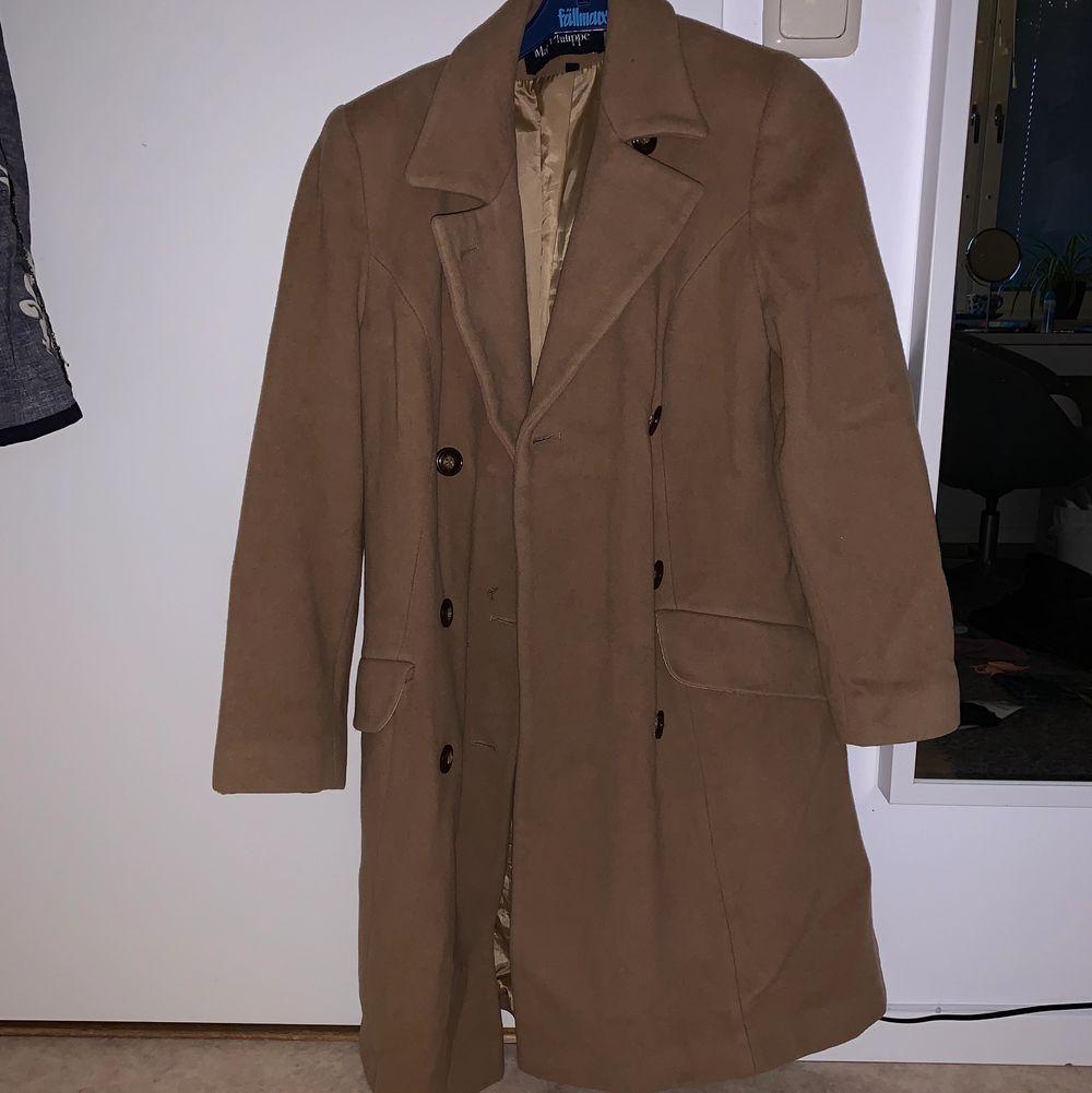 Snygg höstkappa i beige/brun färg. 15% kashmir! Bra material och lagom varm. Använd endast 1 gång. Är inte min stil längre, så säljer vidare. 😊. Jackor.