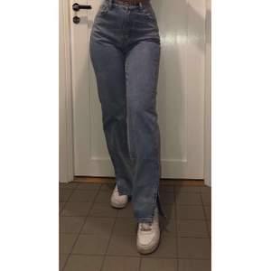 Jeans som har en slits nedtill, aldrig använda endast testade. Prislapp kvar