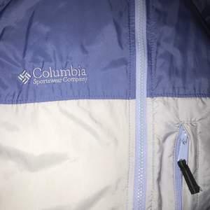 Jacka från Columbia i en ljuslila färg, storlek S men skulle säga att den är mer som en M, frakt tillkommer