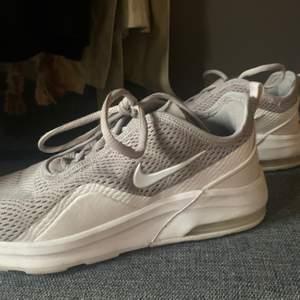hej hej, säljer dessa fina Nike skorna i storlek 39 för 500kr men pris kan diskuteras , har enbart använt dom fåtal gånger och dom är i fint skick, kom privat för mer bilder