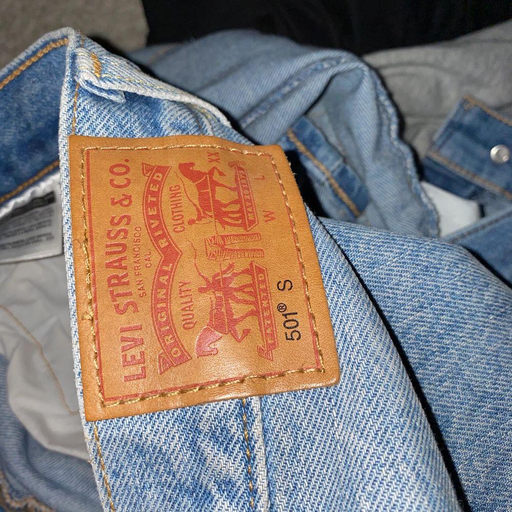 Säljer nu mina Levis 501 då dom är förstora för mig, vet inte riktigt vad det är för storlek men dom är förstora för mig som brukar vara 24x28. Är i fint skick och priset kan diskuteras. Jeans & Byxor.