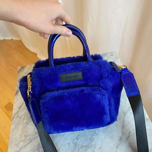 Fluffig liten blå väska ifrån Kylie & Kendall X Forever 21. Perfekt skick! Rymmer mobil, laddare, hörlurar, nycklar, tuggummi, läppglans. FRAKT INGÅR!