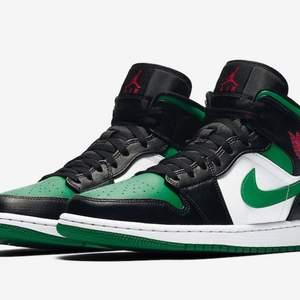 Säljer mina Air Jordan 1s (Pine Green, storlek 43) Köpte för några månader sedan. Kvitto och orginalbox ingår. Budgivning. Köparen står för frakt / möts upp i Göteborg.  Fler bilder på dom finns vid begäran.
