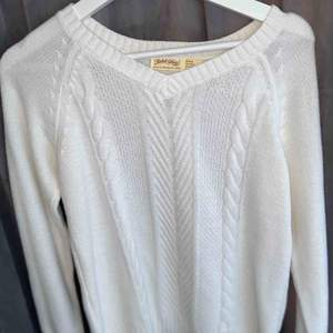 Vit stickad tröja som är v-ringad, superfint skick och aldrig använd. Köpt i USA.