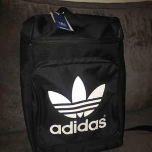 Adidas Classic backpack. Oanvänd med prislapp!  Nypris: 350kr