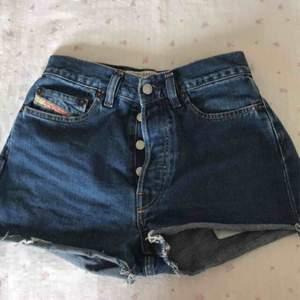 As coola high waisted jeans skorts från diesel! Säljer pg av att de är för små. Frakt tillkommer men går även att möta upp!❤️