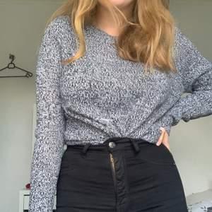 Fin gråmelerad stickad tröja från H&M i bra skick. Passar bra till bla ett par svarta jeans. Frakt tillkommer, kan även mötas upp i Umeå 💕