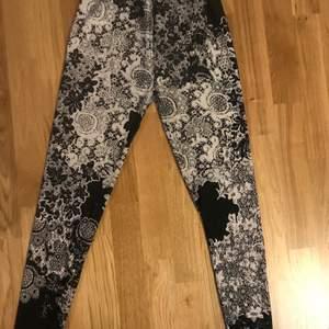 Super fina leggings med coola mönster! Kan ta ner priset vid snabb affär!