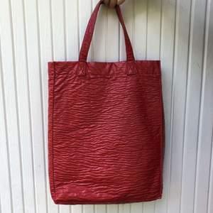 Fin röd vintage väska i jätte fin stick. Som ny. Cirka 30 cm lång. Bekväm i axeln. Frakt tillkommer ✨🛍
