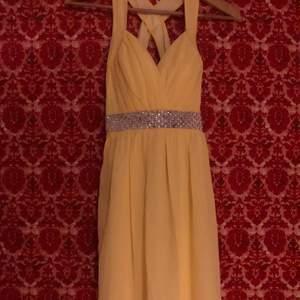 Gult är fult 😎 här är en helt oanvänd balklänning. Hoppas du gillar den. Klänningen är köpt på en pop-up butik