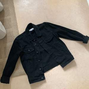 Köpt från Carlings 🖤 ny priset var499 säljs också pga har mycket fåtal jackor som bara ligger utan ingen användning till, väldigt ny skick! Frakten ingår i priset 🚚🌸