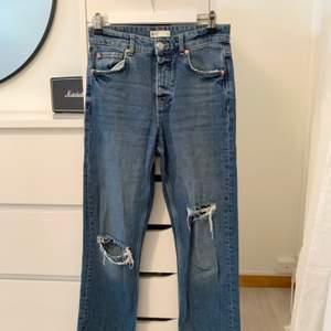 Dessa fina Ginatricot jeans kommer tyvärr inte till användning längre. Slits nertill och fina slitningar som ni ser på bilden. Storlek 36 och de sitter SÅ fint på🥺✨ är 160 och dem är lite korta på mig. Folk som är under 160 kan alltså ha dem 120 + frakt🤍📦