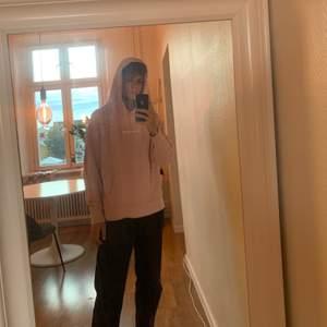 snygg ljusrosa hoodie från official gallery