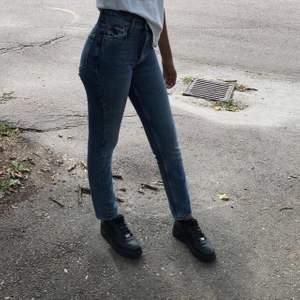 Säljer dessa skit snygga jeansen från Gina tricot i tall modell. Sitter perfekt i längden för mig som är 173 cm endast använda ca 3 gånger. Köparn står för frakten😊