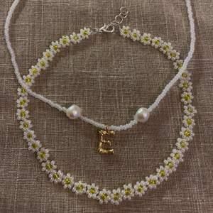 Halsband gjort av glaspärlor o äkta sötvattenspärlor med en personlig bokstav! Finns även fjärils halsband✨⚡️🤍 @emmaxjewelry på Instagram