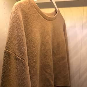 Beige tröja från Zara som är lite kortare i magen med boxiga armar. På grund av passformen funkar den jättebra till högmidjade byxor för de som vill framhäva midjan ex. Annars luftig och passar till alla årstider!