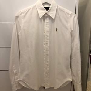 Vit skjorta från Ralph lauren. Storlek 2. Passar en small. Jättefint skick, knappt använd.