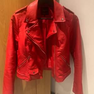 Röd skinnjacka från Zara. Bra skick! Passar även en S💕 frakt tillkommer.
