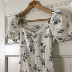 Drömmigaste klänningen från & Other Stories i linne med puffade ärmar och slits längst ner. Köpt sommaren 2020 och är slutsåld på & Other Stories-hemsida.  Använd högst tre gånger, i mycket fint skick!  Storlek 32, har dragkedja på sidan.
