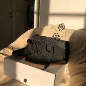 """Säljer mina Isabel Marants i modellen """"over basket"""", svarta strl 38. Väldigt bra skick med bekväm inbyggd klack. Dustbags + skolåda ingår!"""