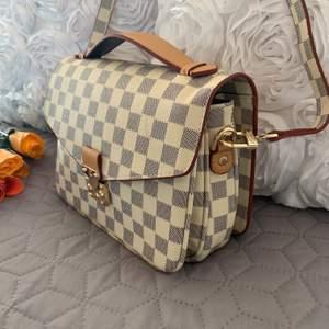 Ny Louis Vuitton inspirerad pochette metis. AA kopia       Mycket bra kvalitet den är ny oanvänd  Kan frakta spårbar  köparen betalar 63kr frakt