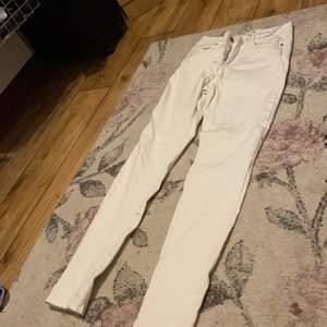 Vita snygga skinny jeans! Inte min stil därför jag säljer. I bra skick! Inga hål eller slitningar. Är stretchiga men behövs vita eller beigea underkläder under annars syns det. Orkar inte ta på dem nu så fråga ba om bild på :) 40kr + frakt 📦🥰