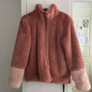 Rosa fluffig fuskpälsjacka med ljusare ärmar, som ny, knappt använd