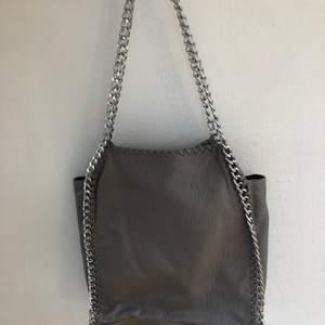 Ti amo väska i bra skick!! Stella McCartney inspererad💕💓Super fin💓💓 Kommer ej till användning därför säljer jag den. Frakten ingår i priset! Skriv för fler bilder🌸🌸 Nypris:550kr