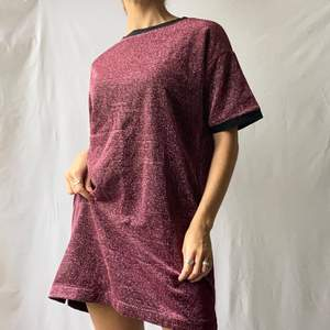 🌊 BEAUTIFUL SHINY PINK GLITTER TSHIRT DRESS WITH BLACK LINING  • SIZE - S / EU 36 • BRAND - Pippa Lynn • MATERIAL - Polyester, Acrylic  MY MEASUREMENTS • Height 161cm / 5'3
