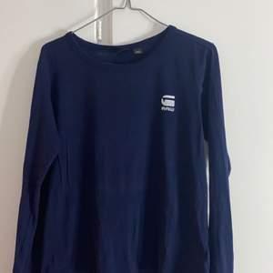 Långärmad G-star raw tröja. Mörkblå. Fint skick. Använd fåtal gånger. Storlek XS