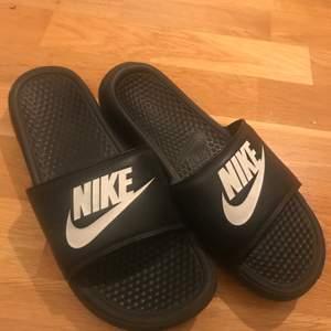 """Svarta Nike tofflor. På hemsidan står det """"Badtofflor"""". Väldigt sköna och lätta att gå i. Använda men fortfarande i bra skick. Inga skavanker :) Frakt: 40kr"""