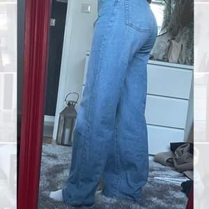 Fina baggy jeans i st 36💙jag är 163cm men långa i benen så passa även på någon som är längre!