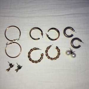Olika örhängen. Guldiga ringar: 15kr, Små gröna: 20kr, Tjocka bruna: 20kr, Snurriga guldiga: 15kr, Tjocka silvriga: 30kr, Pärlor: 15kr 💞 Alla för 90kr